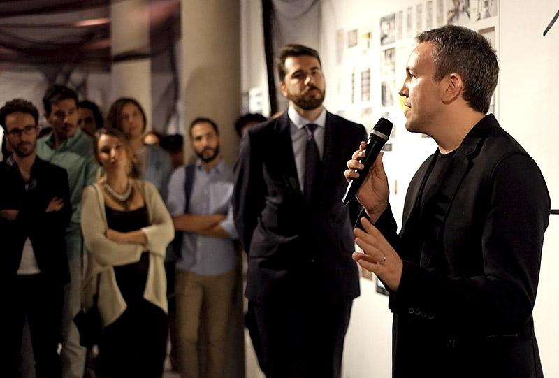 Lluis Llopis dando un discursos en los premios CDICV
