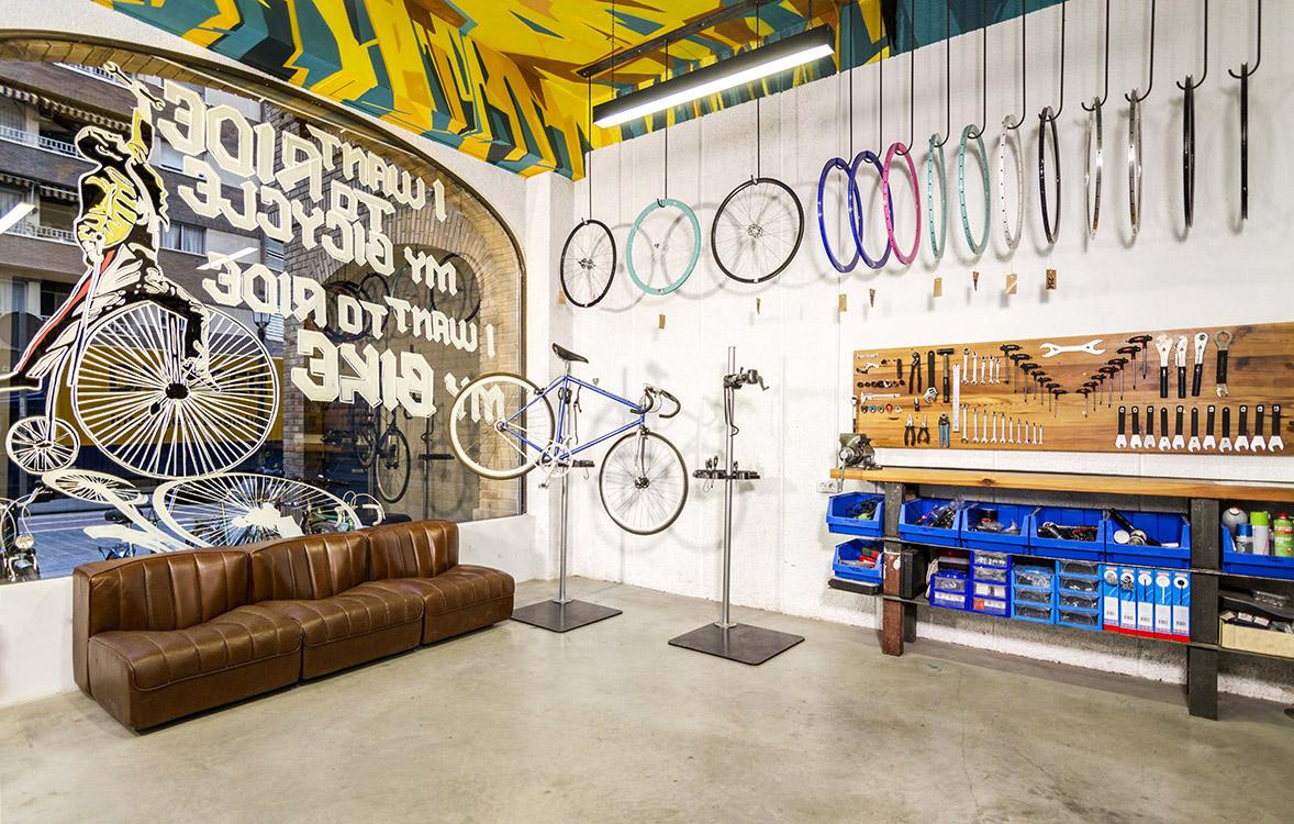 reforma de la tienda de bicicletas vuelta de tuerca detalle escaparate