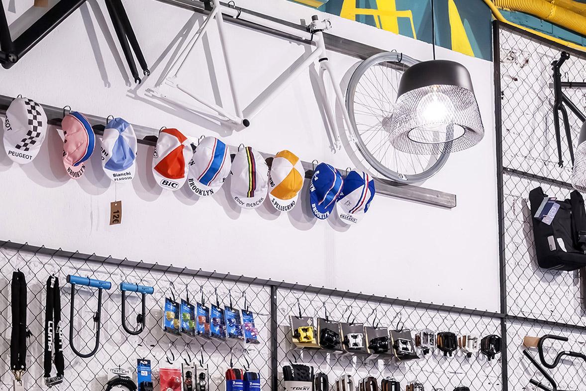 reforma de la tienda de bicicletas vuelta de tuerca detalle muestrario