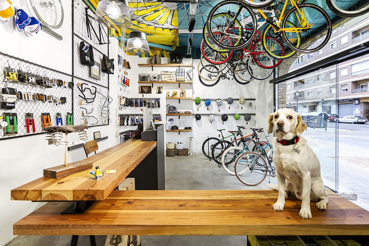 reforma de la tienda de bicicletas vuelta de tuerca detalle mostrador