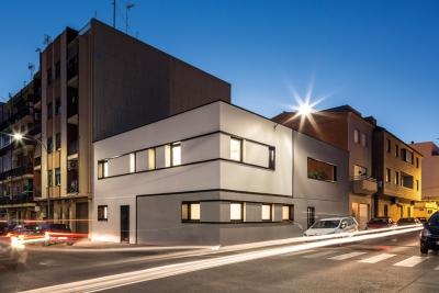 Reforma integral de vivienda fachada esquina colores neutros