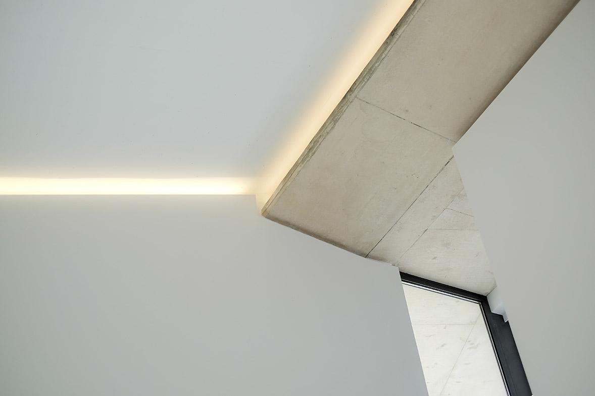construcción de vivienda en hormigón visto y piedra elo construcciones detalle techo interior