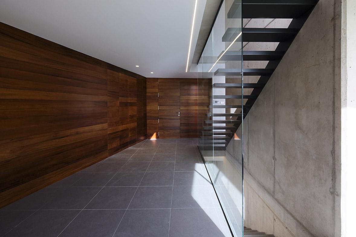 construcción de vivienda en hormigón visto y piedra elo construcciones detalle escalera