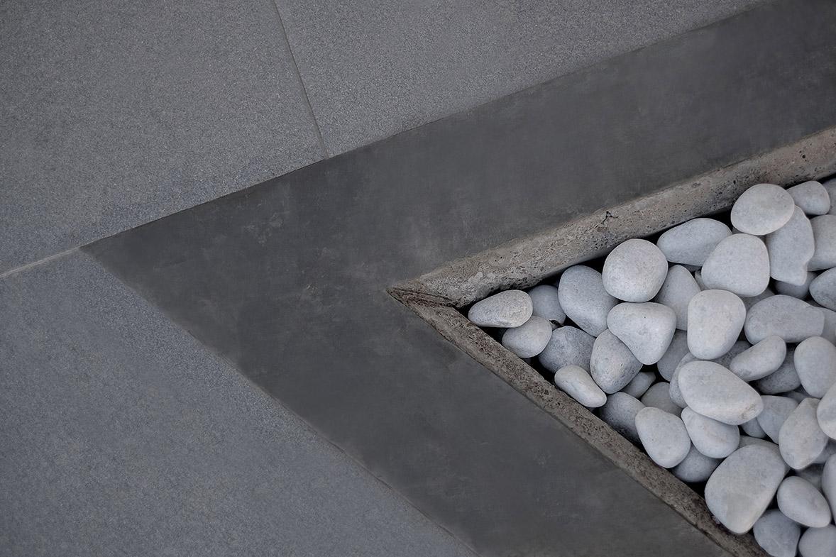 construcción de vivienda en hormigón visto y piedra elo construcciones detalle suelo exterior