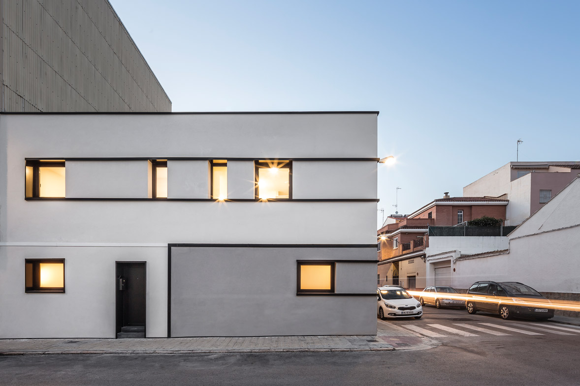 Reforma integral de vivienda fachada principal colores frios