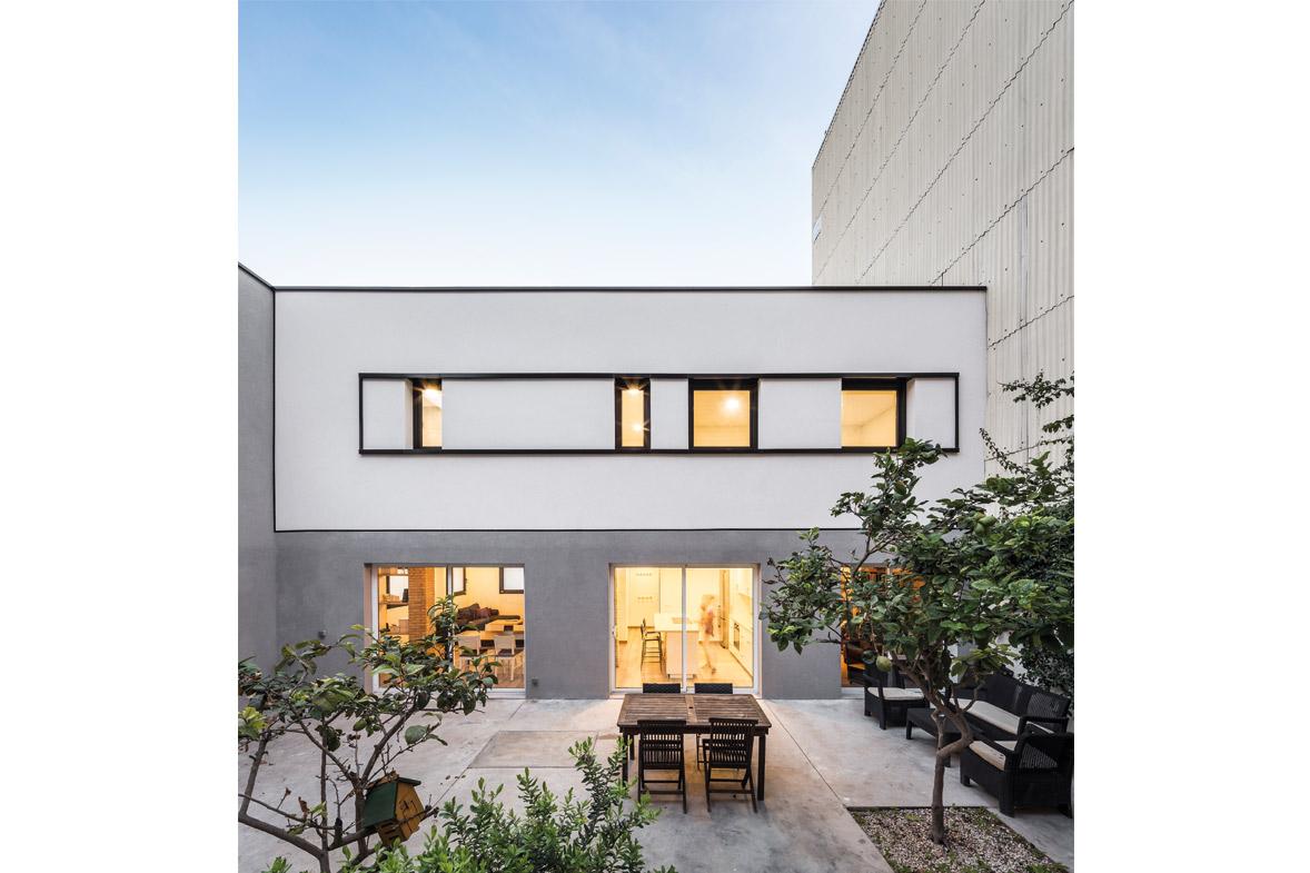 Reforma integral de vivienda patio interior con limonero