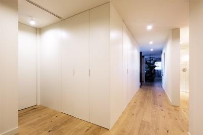 Proyecto de interiorismo estilo ecléctico distribuidor armarios de suelo a techo